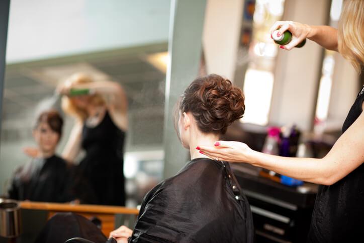 Saç spreyi kullan