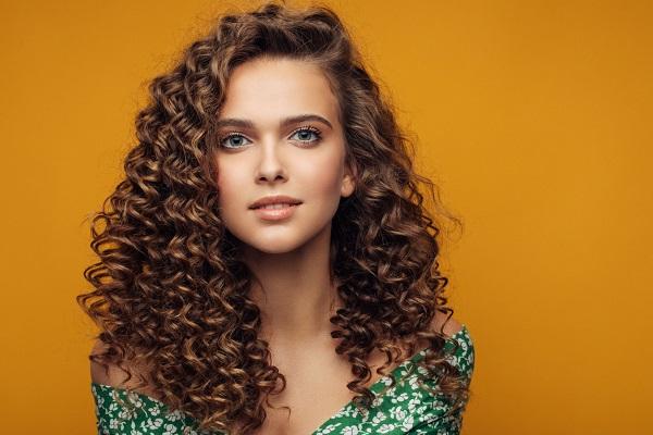 Kıvırcık saçlar için yağ kremi kullan
