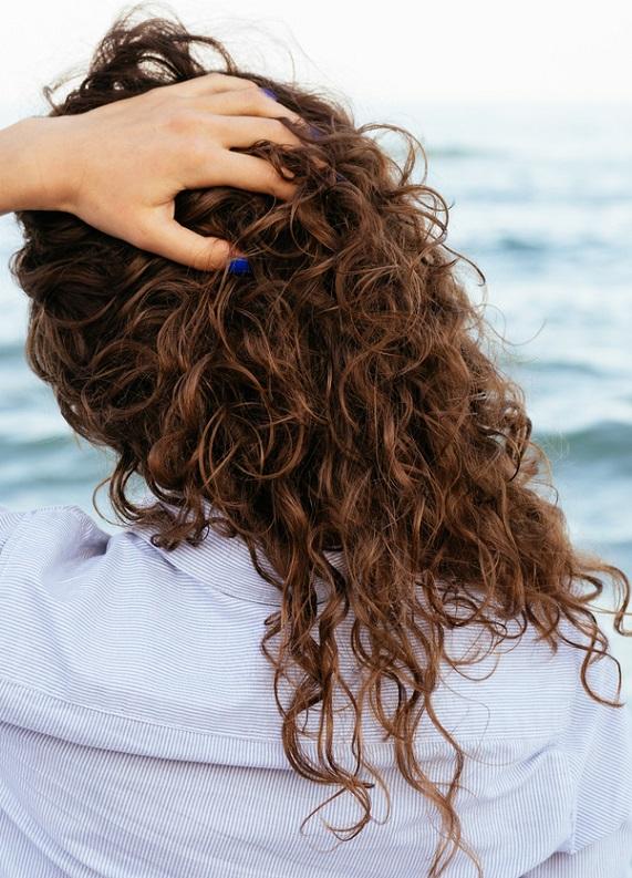 Kıvırcık saçlarının harika görünmesi için 15 ipucu