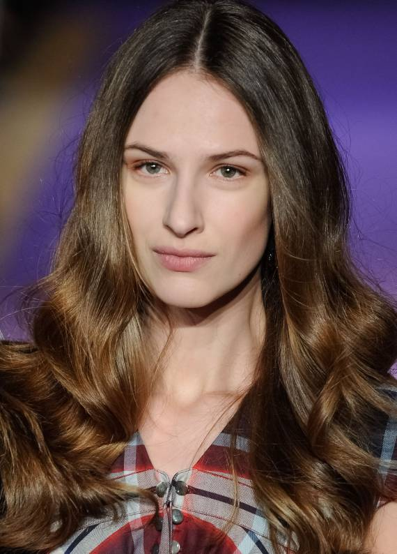 Trendy saç stili: Orta ayrımlı saçlar