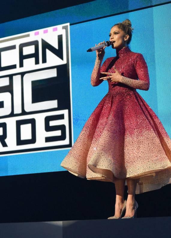 Jennifer Lopez: Amerika Müzik Ödülleri'nde göz kamaştırdı!