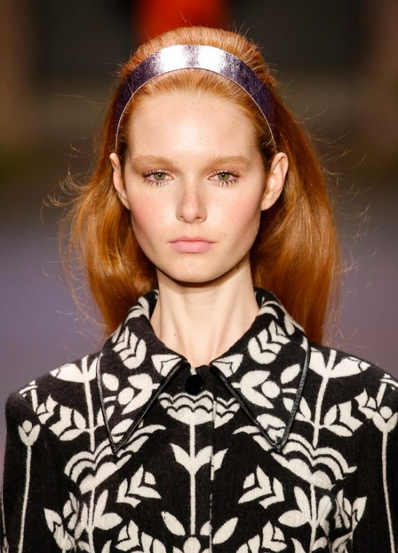 Sadece bir aksesuar değil: Saç bandı kullanmanın 4 farklı yolu