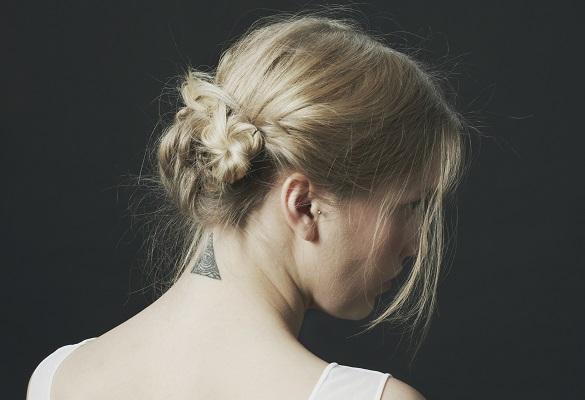 Kısa saçlar için hem havalı, hem de pratik topuz stilleri