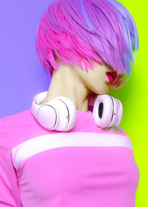 Senenin en dikkat çeken trendi: Karanlıkta parlayan neon saçlar