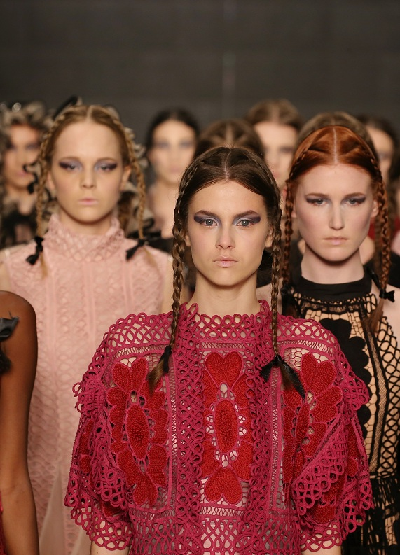 İstanbul Moda Haftası rengârenk görüntülerle başladı