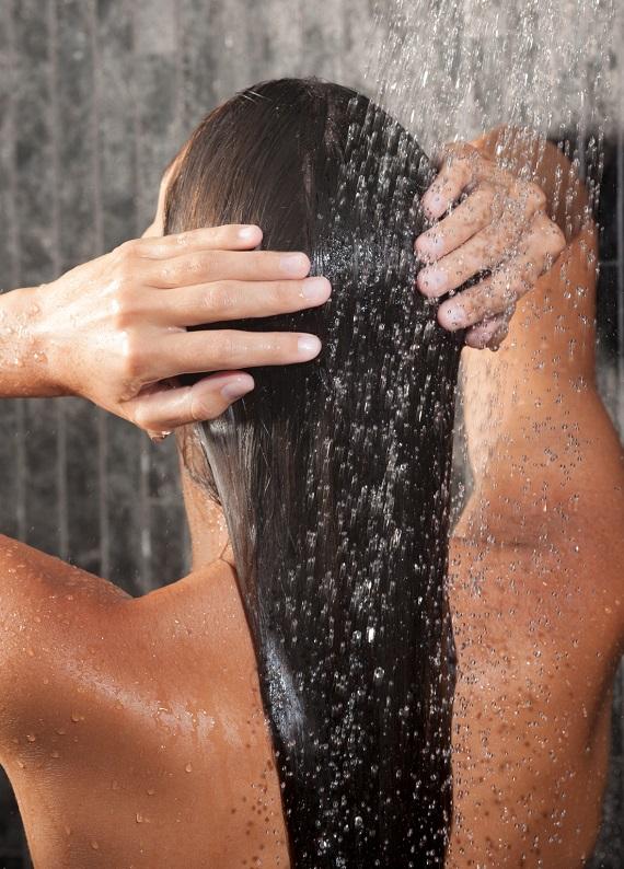 Saçlarını yıkarken dikkat etmen gereken 7 önemli nokta