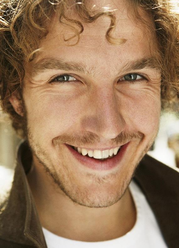 Kıvırcık sarı saçlı erkeklere özel modern saç modelleri