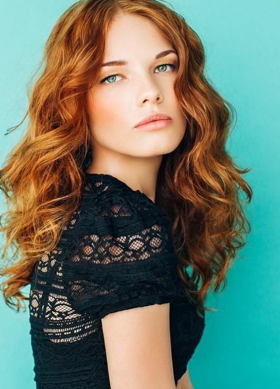 Dalgalı kızıl saç modellerine yakından bakmaya ne dersin?