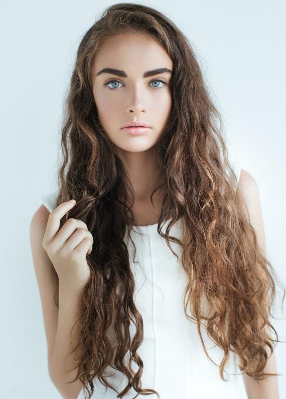 Kumral kıvırcık saçlara uygun saç modelleri