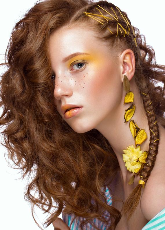 Kıvırcık saçlarda fark edilen örgü modelleri