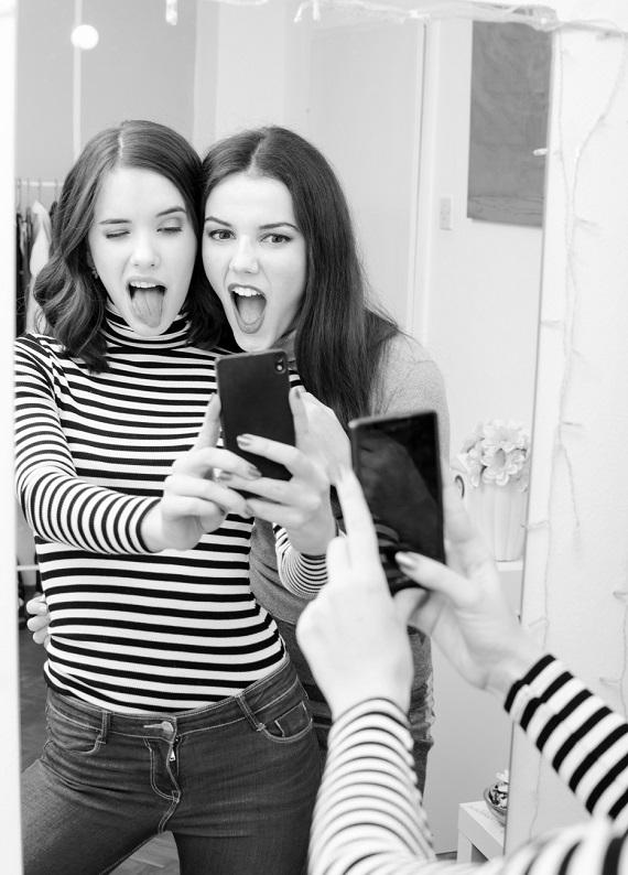 Seni like rekoru kırmaya davet ediyoruz: Kusursuz ayna selfie'si için saçlarının nasıl görünmesi gerekir?