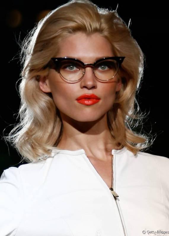 En yeni saç trendi: Retro stil ve gözlük bir araya geldi