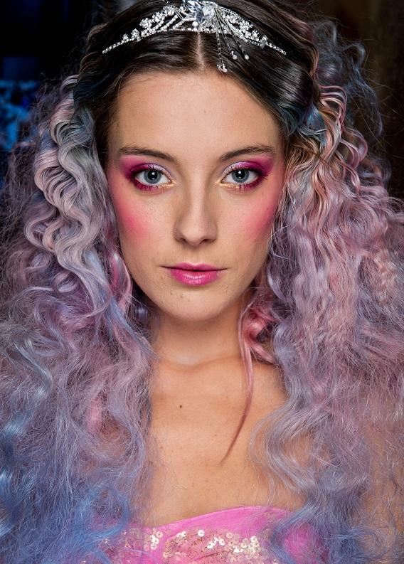 Renkli saç trendi: Kıvırcık saçlılar nasıl uygulamalı?