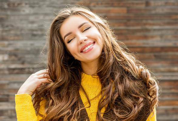 Küllü ve koyu sarı saçları şekillendirmenin 5 yolu