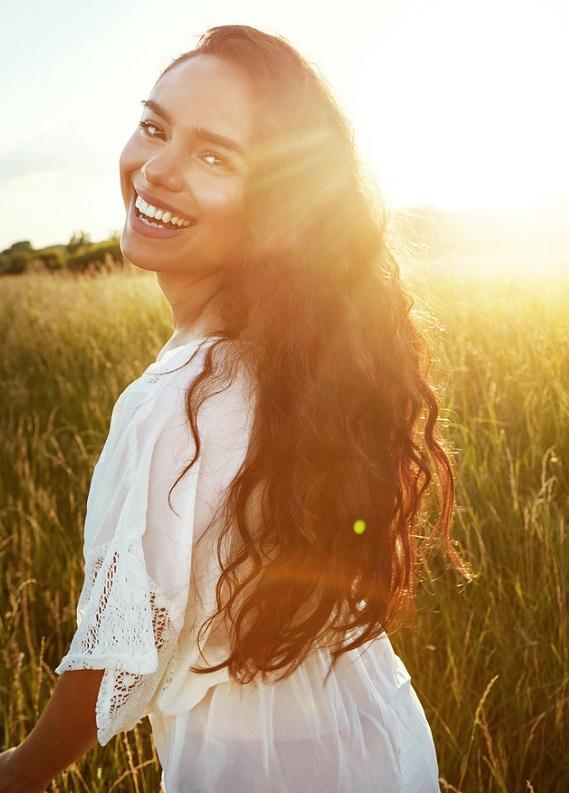Yazın da parlayan, ışıl ışıl saçlar için doğal bakımı keşfet