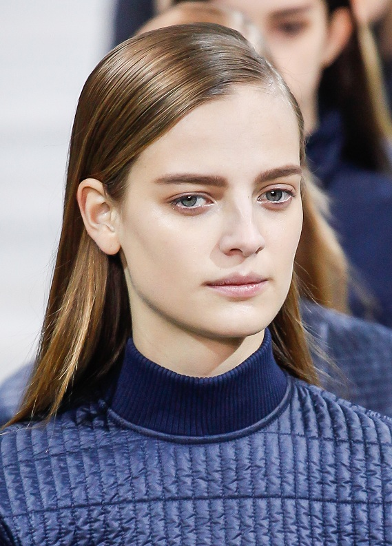 Moda haftalarının en sıcak trendi: Yandan ayrılmış saçlar