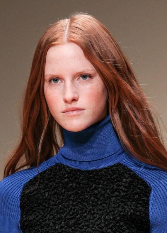 Boğazlı kazaklarla kombinleyebileceğin 3 saç stili önerisi