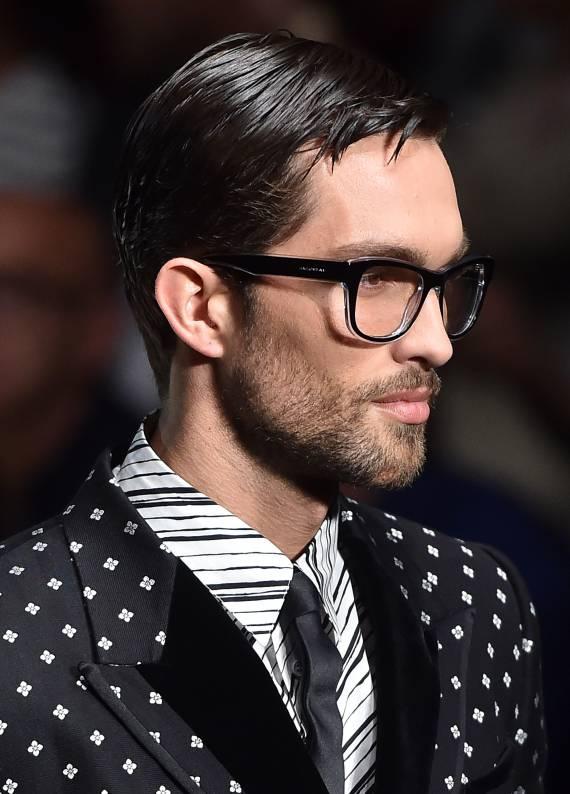 Düz saç modeli: Sakallı mı olmalı, sakalsız mı?