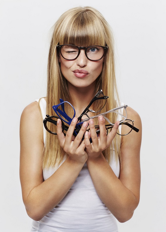 Gözlük kullananlar: Bu saç modelleri sizin için!