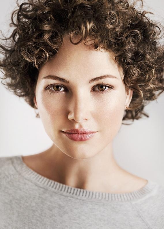 Kısa kıvırcık saçlara özel saç modelleri