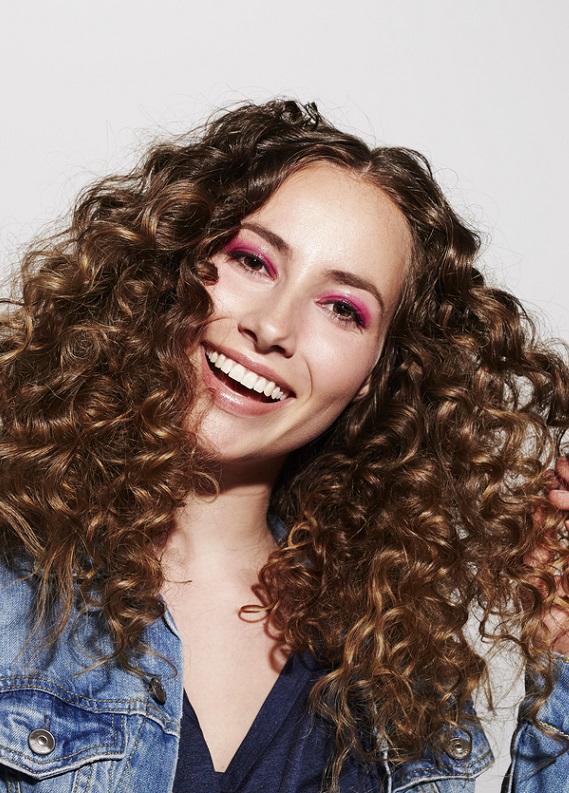 Kıvırcık saçları doğal haliyle kullanmanın 7 modeli