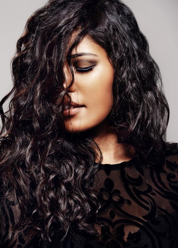Kıvırcık siyah saçlara en çok yakışan saç modelleri