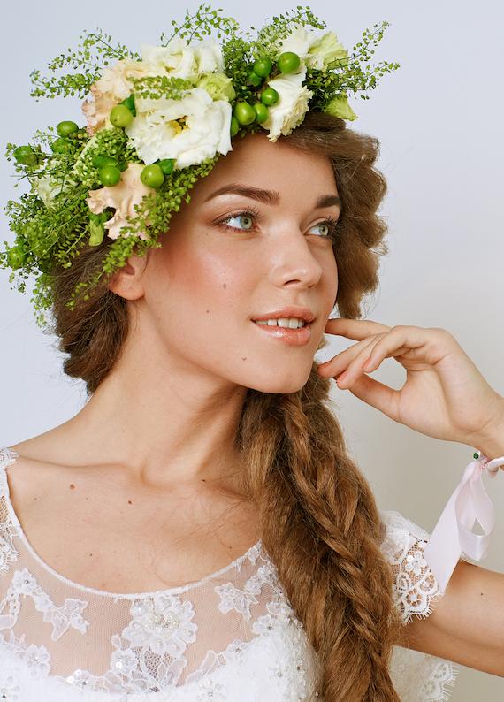 Kır düğünü için rüya gibi bir saç modeli: Çiçekli örgüler