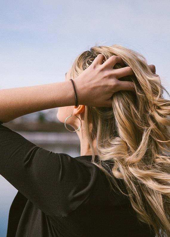 Yağlı saçlara özel: Saçlarına uzun süreli hafiflik sağlayan bakım artık hayal değil!
