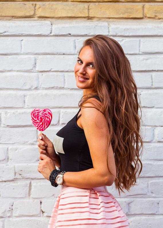 Sevgililer Günü'nde gün boyunca güzel görünen, mis gibi kokan saçlar için bu önerimize kulak ver!