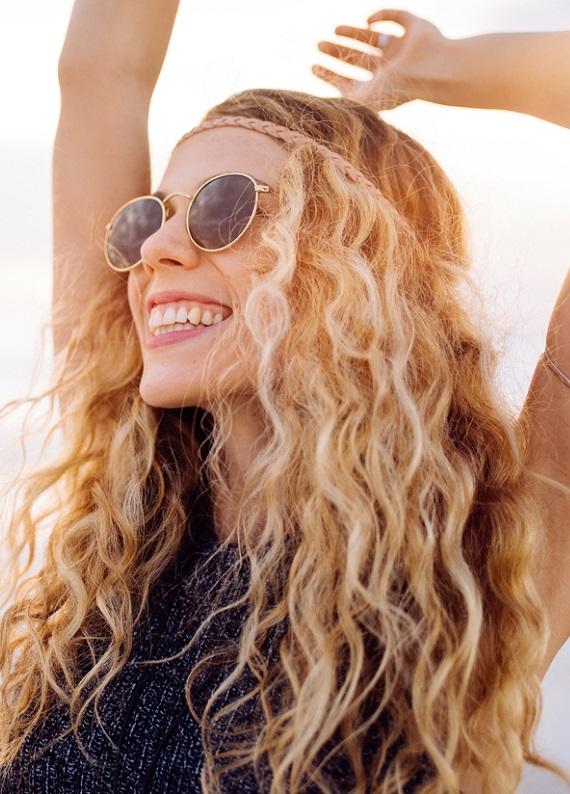 Kıvırcık saçları deniz sonrası kolay açma ve şekillendirme ipuçları