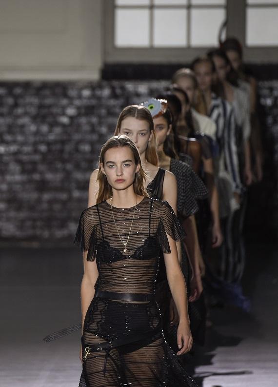 Paris Moda Haftası: Podyumlardan saçlarına taşıyabileceğin 4 saç stili