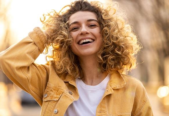 Evde kıvırcık saç boyama rehberi: Adım adım kıvırcık saç nasıl boyanır?