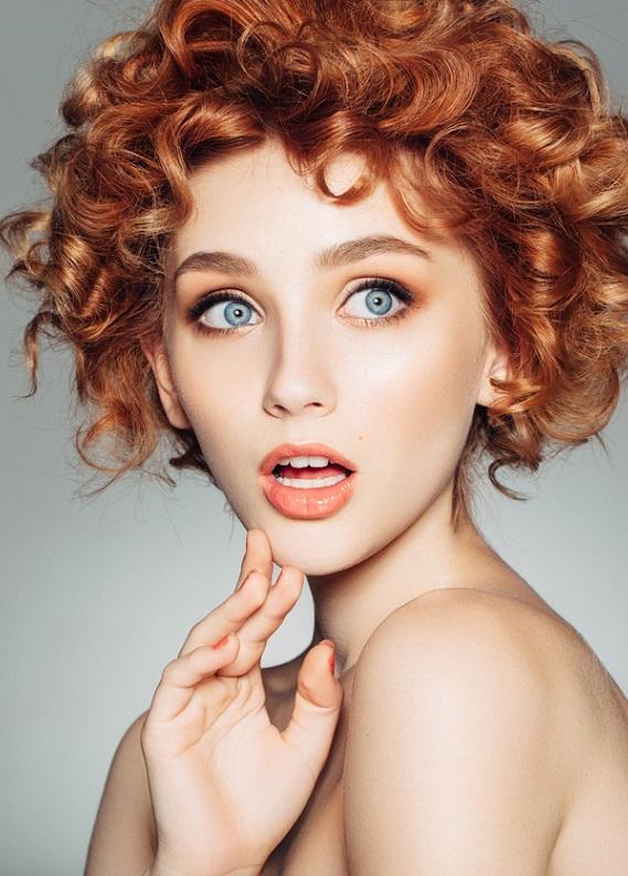 Kısa kızıl saçlar için en trend saç modelleri