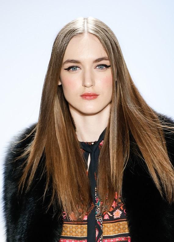 Parlak & Dümdüz saç trendi: Podyumlardan ilham al