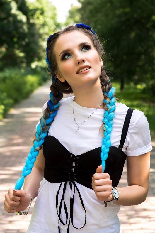 Son trend örgüler: Renkli ve saç piercing'li örgü modelleri