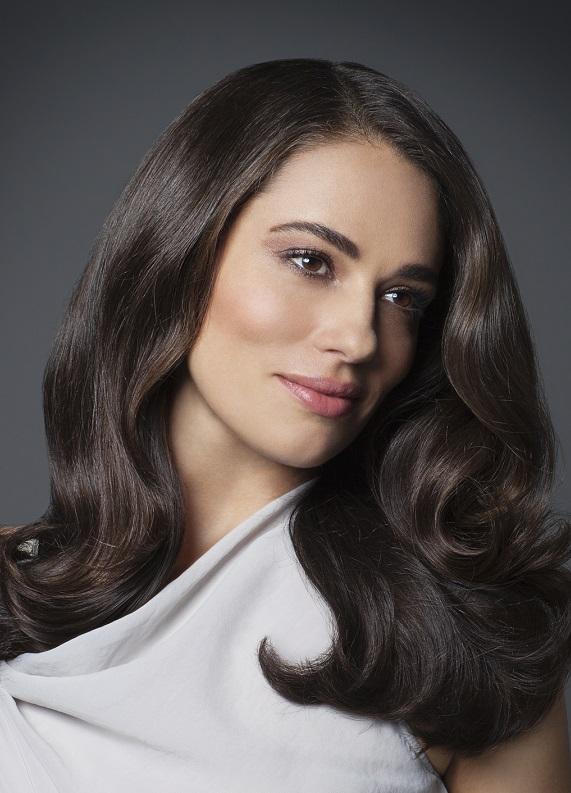 Kahverengi dalgalı saçlar için uzun saç modelleri