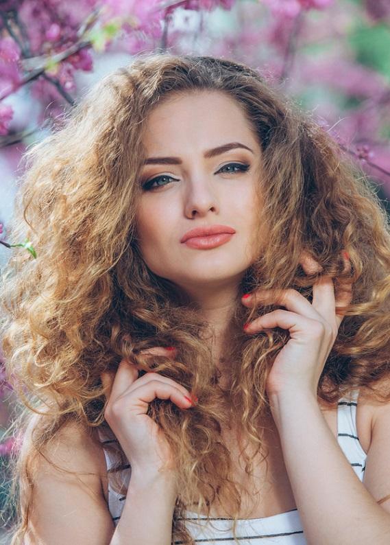 Yazın nemden kabarıp elektriklenmeyen saçlar için ne yapmalısın?