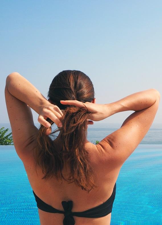 Yüzmeye giderken boyalı saçlarını nasıl koruyabilirsin?