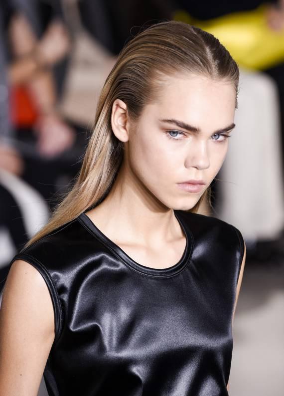 Moda haftalarından en maskülen trend: Islak görünümlü saçlar
