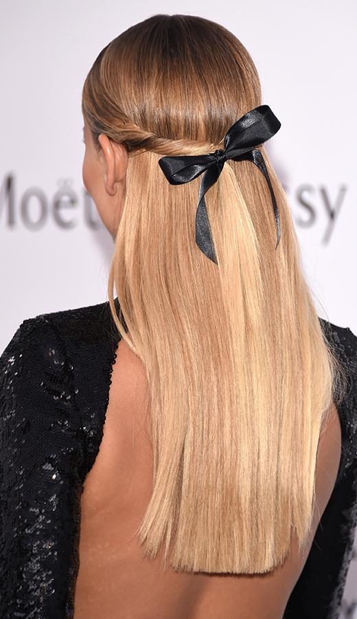 Yarı toplanmış saç stili: Natasha Poly'nin kurdeleli saçları