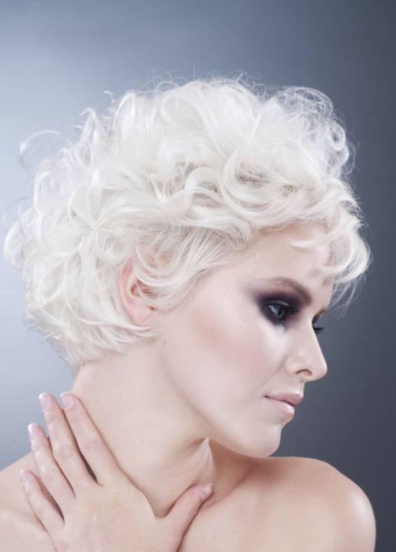 Bu yazın trendini açıklıyoruz: Beyaz saçlar