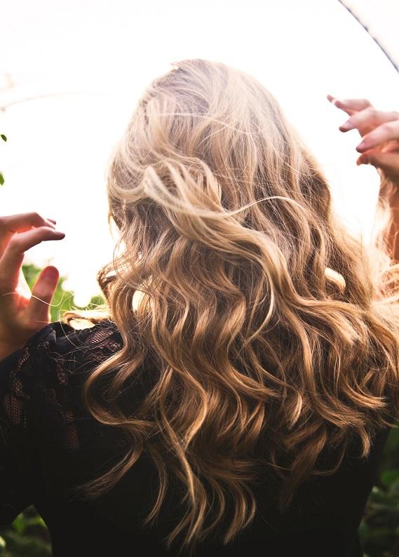Saçlarını kesmene gerek kalmadan yıpranmış saçlarını çabucak onarabilirsin!