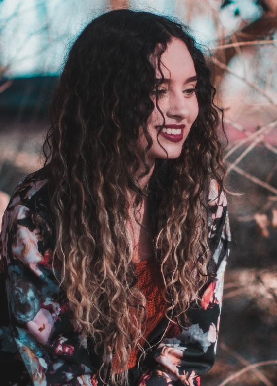 Kıvırcık saçlara özel: Buklelerini en doğru şekilde nasıl şekillendirebilirsin?