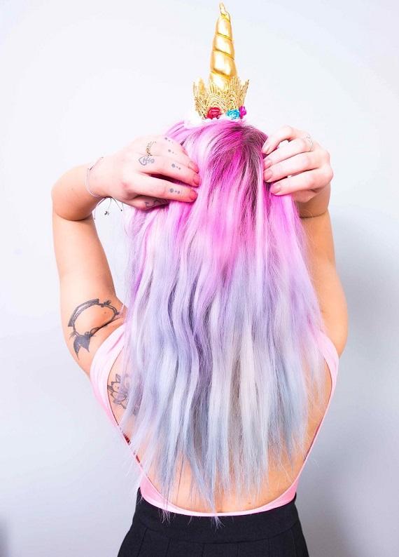 """Yarıyıl tatilinde """"unicorn hair"""" trendiyle saçların renklensin ister misin?"""