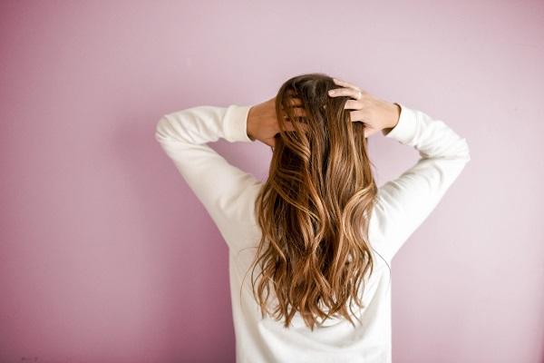 Beyaz tene yakışan karamel saç renkleri