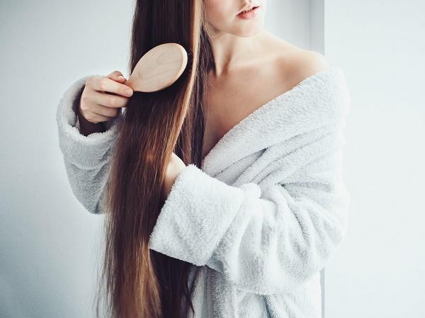 Saç tararken dikkatli ol