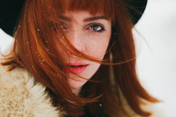 Beyaz tene yakışan kızıl saç renkleri